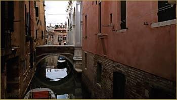 Le pont de la Scuola sur le rio de La Frescada - San Rocco, frontière entre les Sestieri du Dorsoduro et de San Polo à Venise.