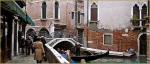 Le pont del Piovan o del Volto, dans le Sestier du Cannaregio à Venise.