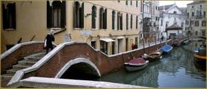 Le pont et la Fondamenta dei Preti, dans le Sestier du Castello à Venise.