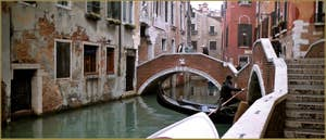 Au fond, le pont del Paradiso, dans le Sestier du Castello à Venise.