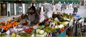 Alberto, marchand de fruits et légumes sur le Campo Santa Maria Formosa, dans le Sestier du Castello à Venise.