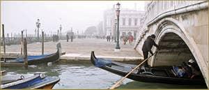 Gondole sous le pont de la Paglia, dans le Sestier de Saint-Marc à Venise.