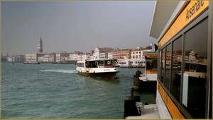 Vaporetto sur le bassin de Saint-Marc, à l'arrêt de l'Arsenal, dans le Sestier du Castello à Venise.