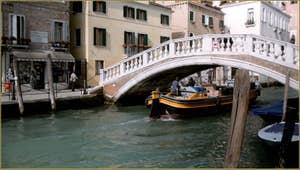 Le rio et le Pont San Lorenzo, dans le Sestier du Castello à Venise.