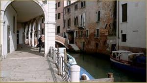 Le rio Sant' Antonin et le pont de Corte Nova, dans le Sestier du Castello à Venise.