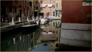 Reflets sur le rio de le Gorne, le long de la Fondamenta dei Penini, dans le Sestier du Castello à Venise.