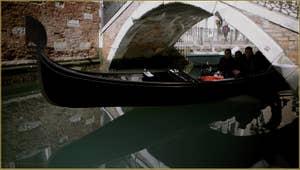 Gondole sous le pont Cavagnis, dans le Sestier du Castello à Venise.