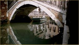 Magnifiques reflets sous le pont Cavagnis, dans le Sestier du Castello à Venise.