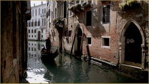 Gondole sur le rio de San Severo, dans le Sestier du Castello à Venise