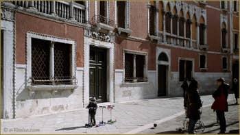 Le Campo San Polo et les entrées des Palais Soranzo à Venise.