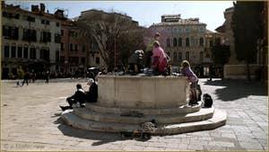 Petits Vénitiens sur le puits du Campo San Polo à Venise.