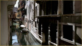 Le rio de la Madoneta avec, au fond, le pont dei Cavalli, dans le Sestier de San Polo à Venise.