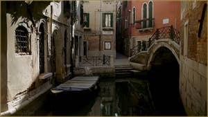 Le rio Terà Sant' Aponal et le pont Storto, dans le Sestier de San Polo à Venise.
