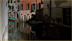 Reflets sur le rio de la Madoneta, dans le Sestier de San Polo à Venise.