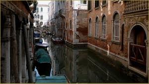 Reflets sur le rio de Sant' Aponal, dans le Sestier de San Polo à Venise.