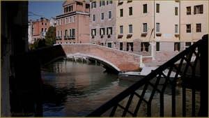 Le rio et le pont Sant' Agostin vus depuis le pont Donà, dans le Sestier de San Polo à Venise.