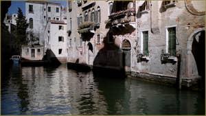 Reflets sur le rio di San Polo Amalteo, dans le Sestier de San Polo à Venise.