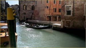 Gondole sur le rio di San Polo Amalteo, dans le Sestier de San Polo à Venise.