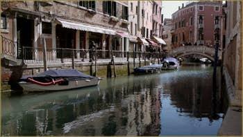 Le rio, la Fondamenta et le pont dei Frari, dans le Sestier de San Polo à Venise.