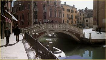 Le rio, le pont et le Campo dei Frari, dans le Sestier de San Polo à Venise.