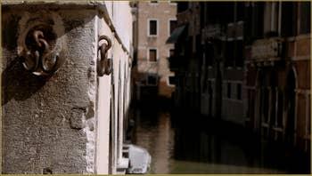 Les crochets dits porte-bonheur du pont San Canzian, porte-bonheur ? on dit que les cadavres des derniers résistants Vénitiens exécutés par les Autrichiens lors de l'occupation de Venise, avaient été pendus à ces crochets... dans le Sestier du Cannaregio à Venise.