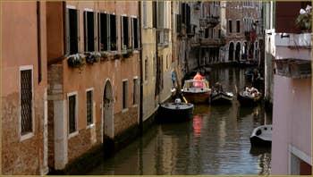 Les beaux reflets du rio dei Santi Apostoli, vus depuis le pont San Canzian, dans le Sestier du Cannaregio à Venise.