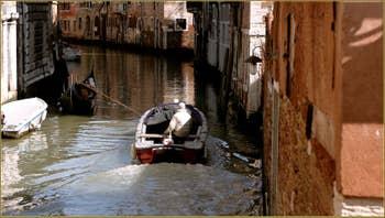 Les reflets du rio dei Santi Apostoli, vus depuis le pont San Canzian, dans le Sestier du Cannaregio à Venise.