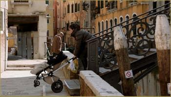 Dur, dur le travail de maman à Venise, sur le pont Priuli, dans le Sestier du Cannaregio à Venise.