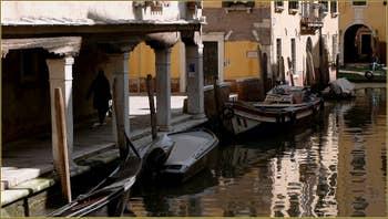 Le joli Sotoportego de la Guerra, le long du rio Priuli o de Santa Sofia, dans le Sestier du Cannaregio à Venise.