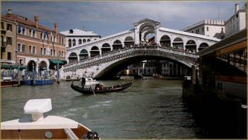 Le pont du Rialto sur le Grand Canal à Venise.