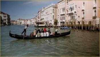 Le Traghetto de Santa Sofia sur le Grand Canal, face au marché du Rialto à Venise.
