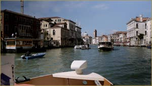 Le Grand Canal à hauteur de San Stae, au fond, l'église et le Campanile de San Geremia, dans le Sestier du Cannaregio à Venise.