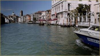 Le Grand Canal de Venise, au fond, l'église et le Campanile de San Geremia, dans le Sestier du Cannaregio à Venise.