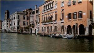 Le Grand Canal de Venise, au fond, le Campanile de San Geremia et, sur la droite, le palais Gritti et sa façade de couleur orange pâle, dans le Sestier du Cannaregio à Venise.
