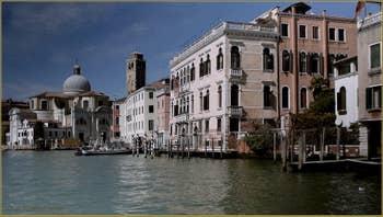 Le Grand Canal de Venise, au fond, l'église et le Campanile de San Geremia et, sur la droite, le palazzo Correr Contarini (façade rose pâle) dans le Sestier du Cannaregio à Venise.