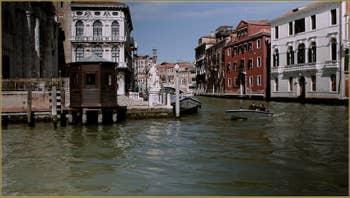 Au centre, à droite de l'église San Geremia, le Palazzo Labia, sur le canal de Cannaregio à Venise.