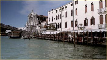 Au fond, l'église de Santa Maria di Nazareth, dite dei Scalzi avec, sur la droite, le palais Soranzo Calbo Crotta, dans le Sestier du Cannaregio à Venise.