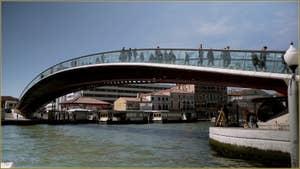 Le pont Santiago Calatrava ou de la Constitution, sur le Grand Canal à Venise.