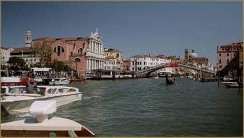 L'église de Santa Maria di Nazareth, dite dei Scalzi, ainsi que le pont dei Scalzi sur le Grand Canal, dans le Sestier du Cannaregio à Venise.