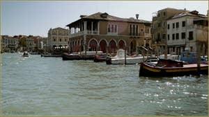 Face au Grand Canal, le bâtiment de la Pescaria, le marché aux poissons du Rialto, dans le Sestier de San Polo à Venise.