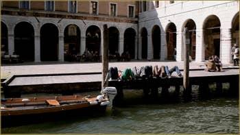 Elle est pas belle la vie ? Bronzette sur le campo de l'Erabaria, le long du Grand Canal, dans le Sestier de San Polo à Venise.