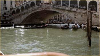 Gondoles sous le pont du Rialto à Venise.