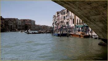 Sous le pont du Rialto sur le Grand Canal de Venise, avec, à droite la Riva del Vin, dans le Sestier de San Polo à Venise.