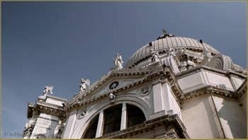 Détail de l'église de la Madona de la Salute, dans le Sestier du Dorsoduro à Venise.