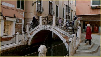 Le pont San Gregorio, sur le rio de la Fornasa, dans le Sestier du Dorsoduro à Venise.