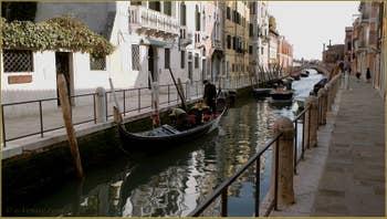 Gondole le long de la Fondamenta de Ca' Bala, sur le rio de la Fornasa, dans le Sestier du Dorsoduro à Venise.
