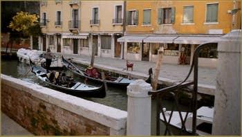Gondole sur le rio de San Vio, dans le Sestier du Dorsoduro à Venise.