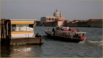 Vaporetto sur le Canal de la Giudecca, au fond, l'église du Redentore à Venise.