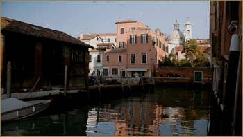 Reflets sur le rio dei Ognissanti, dans le Sestier du Dorsoduro à Venise.
