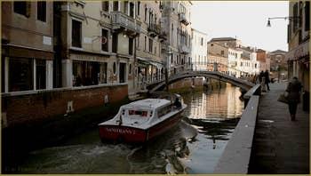 Le rio et le pont San Trovaso, dans le Sestier du Dorsoduro à Venise.